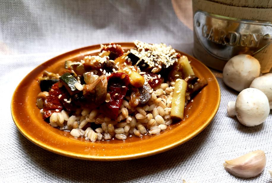 pomysł na danie z kaszy pęczak z warzywami i sezamem