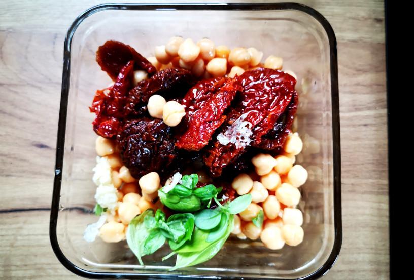 pasta z ciecierzycy i suszonych pomidorów sniadanie